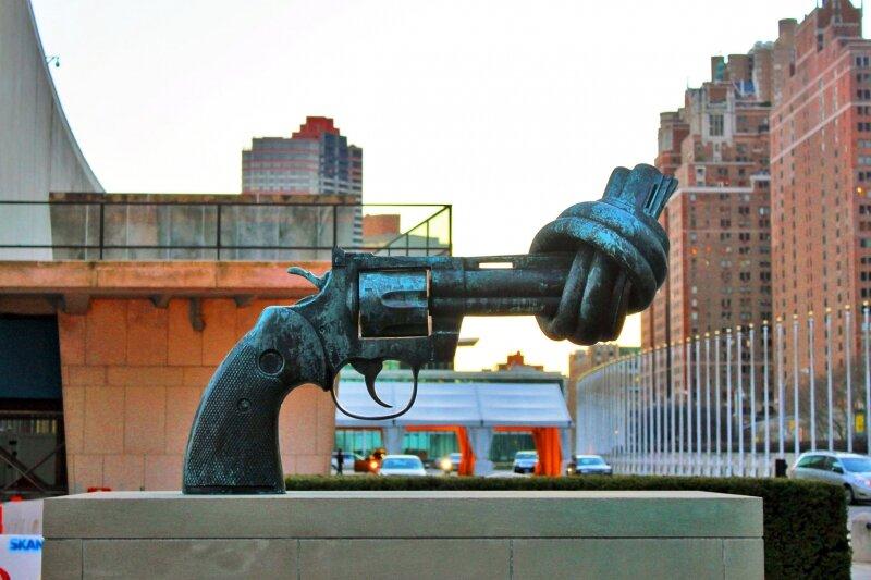 Пистолет,завязанный узлом, как символ против жестокости у здания штаб-квартиры ООН