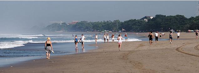 Пляж в Куте, Бали, Индонезия.