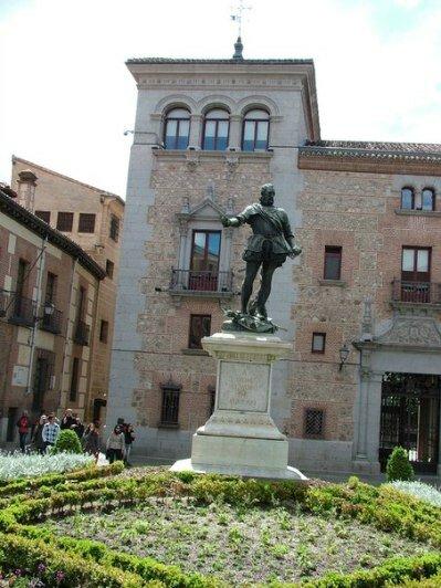 одна из многочисленных площадей Мадрида