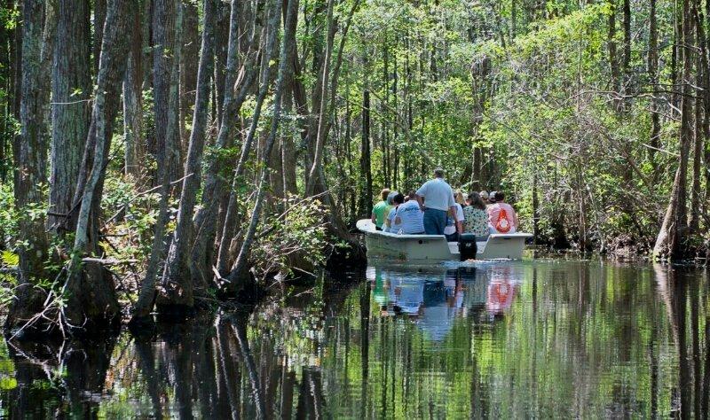 Лодка с туристами