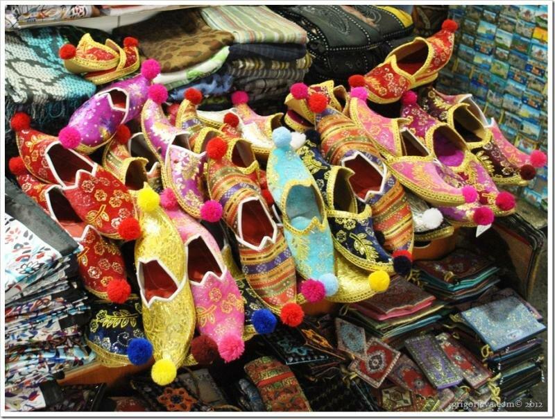 Восточные тапки — арабские туфли с острым и загнутым кверху носом