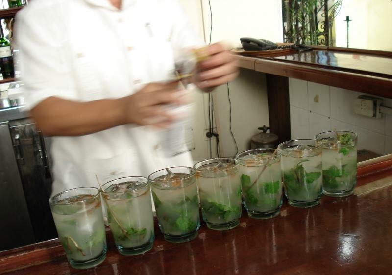 не очень видно бутылочку Ангостуры (травяная настойка), но коричневые пятна в стаканах это она