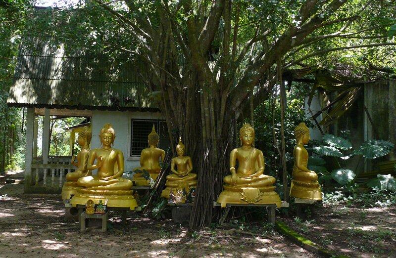 Статуи Будды неподалёку от храма Ват Сирей, остров Ко Сирей, Пхукет