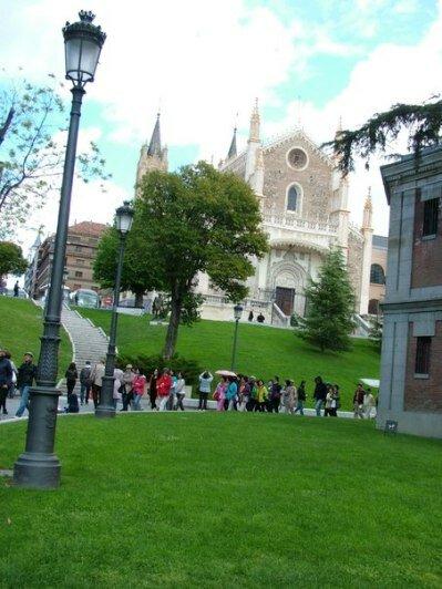 Перед музеем Прадо